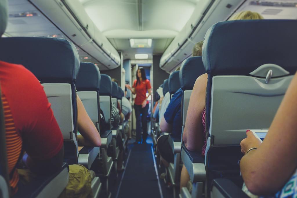 """""""Lufthansa"""" turpmāk pasažierus uzrunās dzimumneitrālā valodā"""